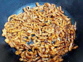 尖椒肉丝,炒至变色变白,盛出备用