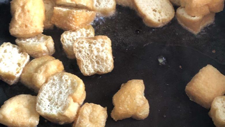 油豆腐炒白菜,倒入切开的油豆腐翻炒