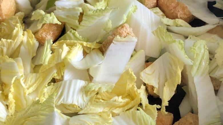 油豆腐炒白菜,加入切好的白菜翻炒