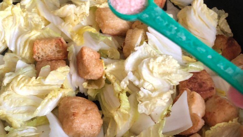 油豆腐炒白菜,放入3克盐