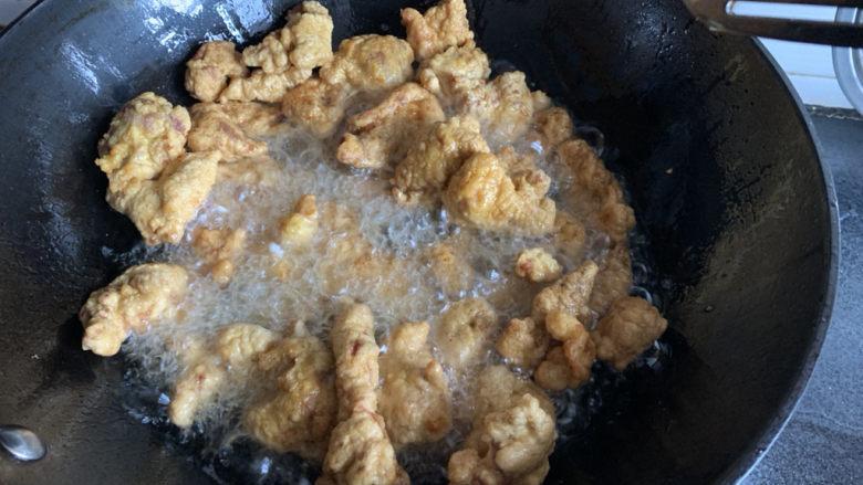 炸酥肉,然后再次倒进油锅复炸一次