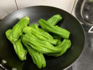 虎皮青椒,锅热了不要倒油,青椒直接下锅