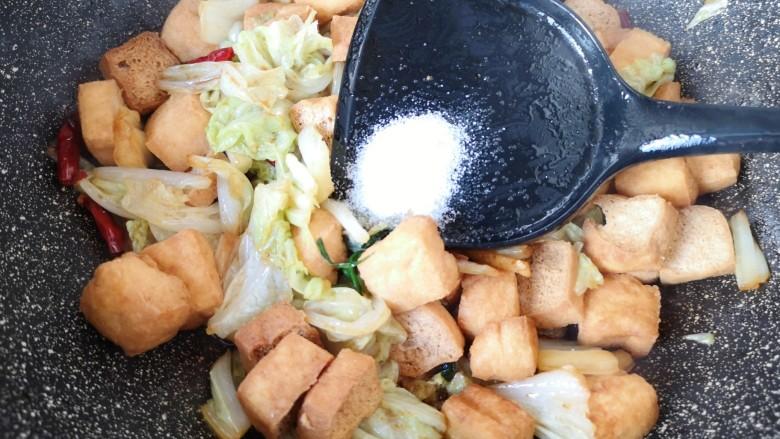 油豆腐炒白菜,放盐。