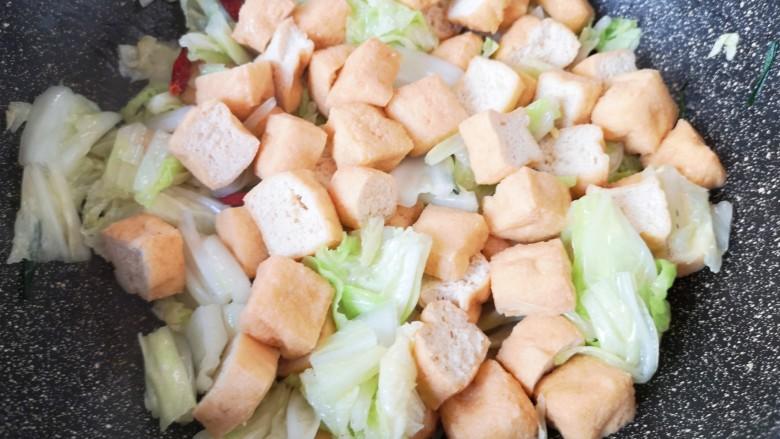 油豆腐炒白菜,翻炒均匀。