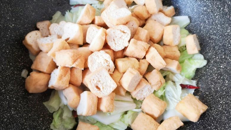 油豆腐炒白菜,下入油豆腐。