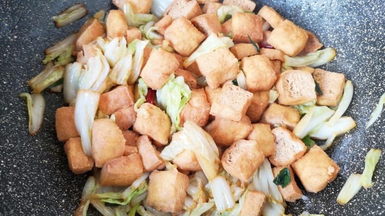 油豆腐炒白菜,翻炒至入味。