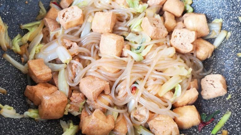 油豆腐炒白菜,翻炒均匀即可!