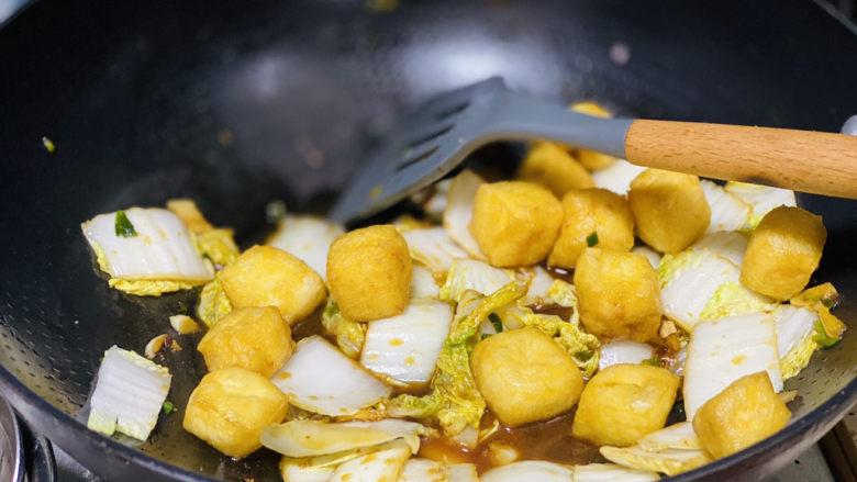 油豆腐炒白菜,最后加入油豆腐爆炒均匀即可;