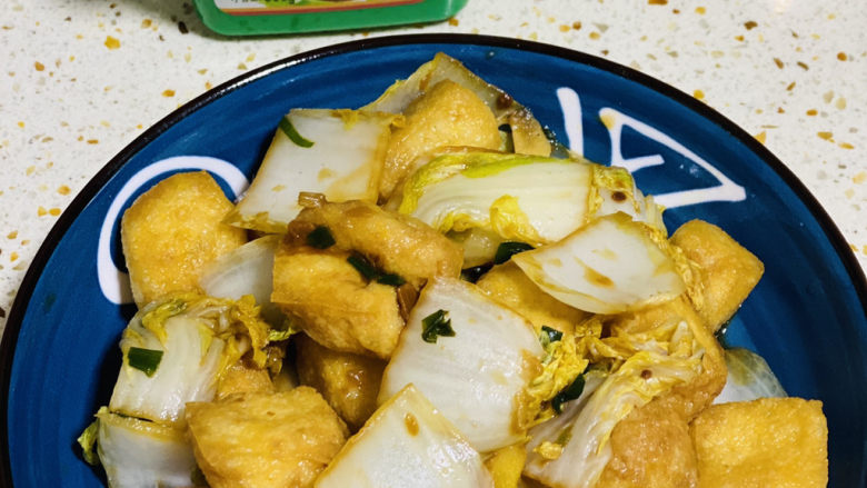油豆腐炒白菜,可以上碟了;
