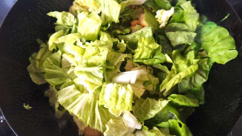油豆腐炒白菜,放入白菜叶继续翻炒片刻