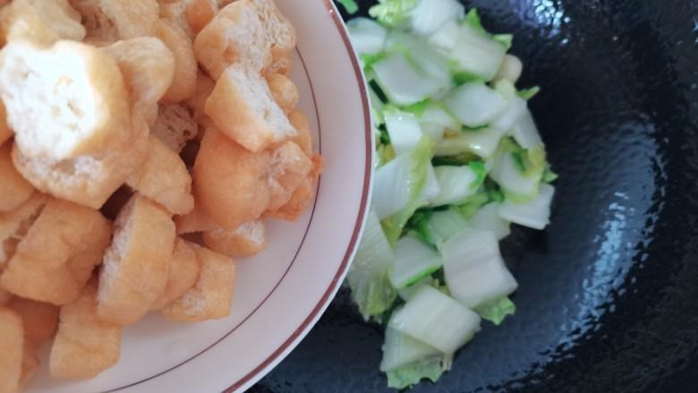 油豆腐炒白菜,稍微炒软放入油豆腐炒匀