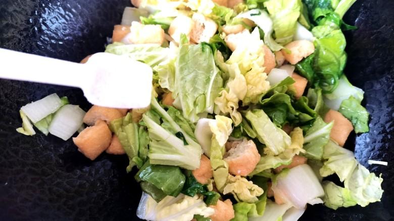 油豆腐炒白菜,加入盐