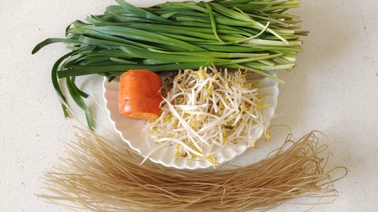 韭菜炒粉丝,准备好需要的食材