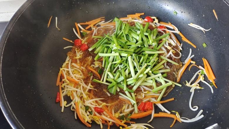 韭菜炒粉丝,加入韭菜梗翻炒至蔫