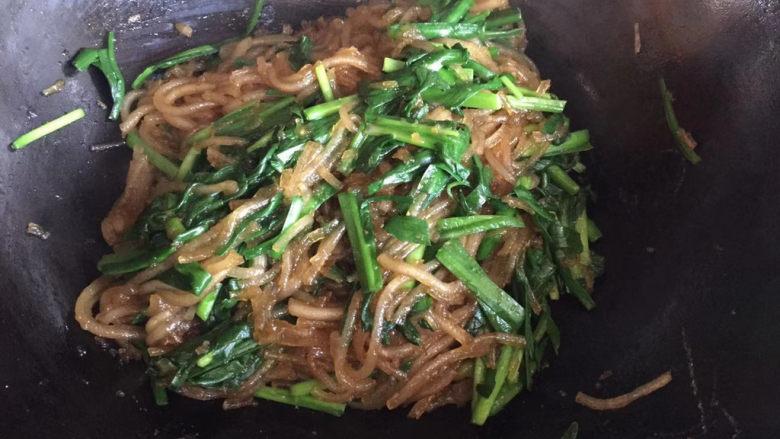 韭菜炒粉丝,准备出锅