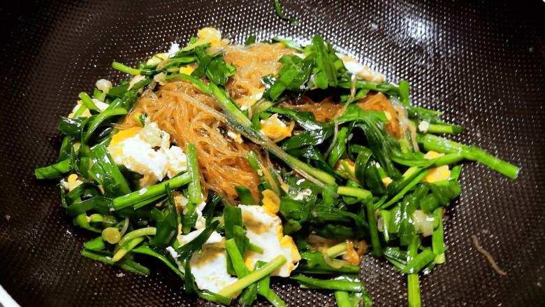 韭菜炒粉丝,翻拌均匀即可关火出锅。