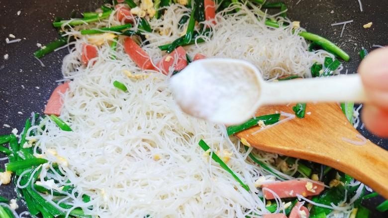 韭菜炒粉丝,加1小勺的盐
