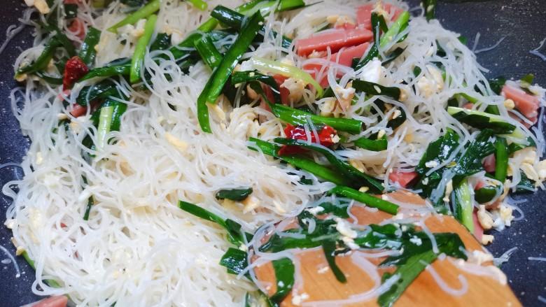 韭菜炒粉丝,最后翻炒均匀入味了即可