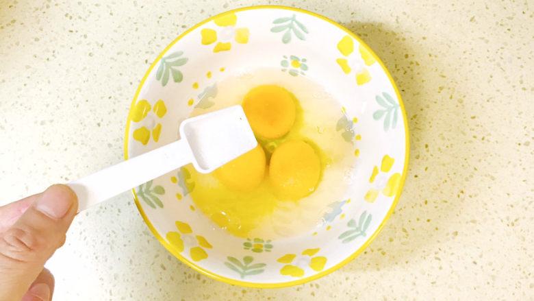 香菇炒鸡蛋,撒入少许盐调味