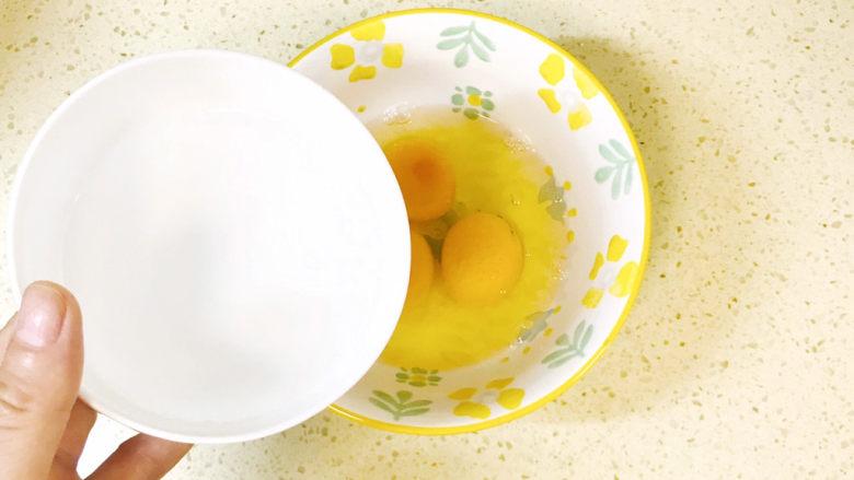 香菇炒鸡蛋,加少许清水