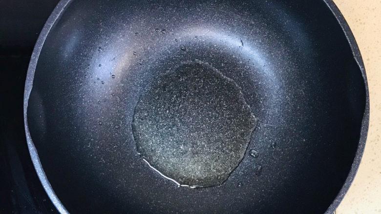 香菇炒鸡蛋,起油锅,加油烧热