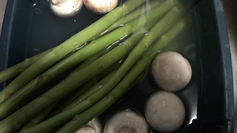 芦笋炒蘑菇,一起放水里浸泡清洗干净。