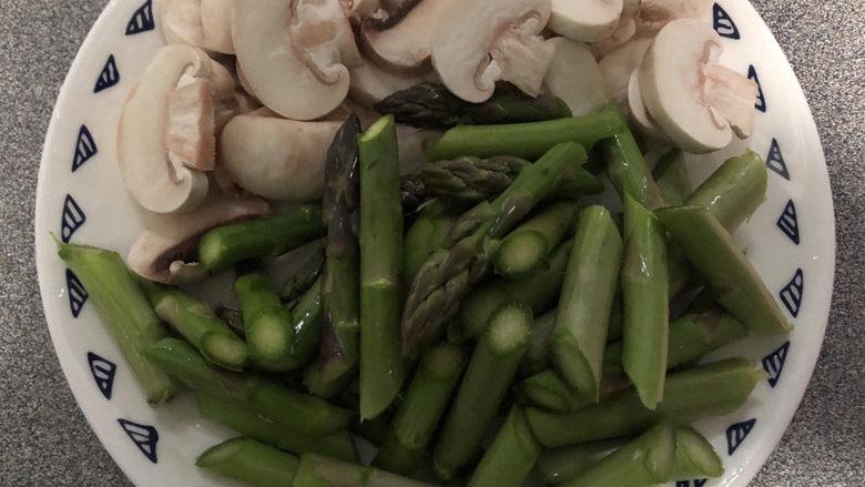 芦笋炒蘑菇,准备好食材。