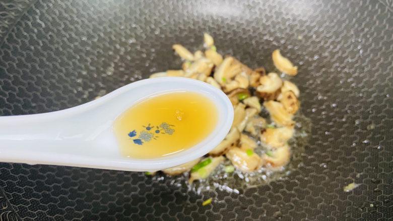 香菇炒鸡蛋,烹入一勺料酒提香