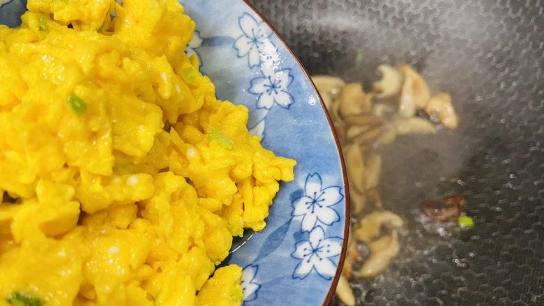香菇炒鸡蛋,倒入炒熟的鸡蛋翻炒均匀