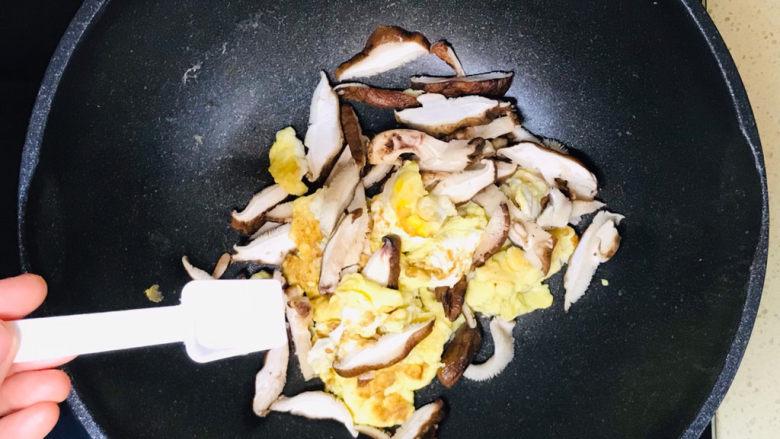 香菇炒鸡蛋,炒至香菇片恹恹,撒入适量盐调味