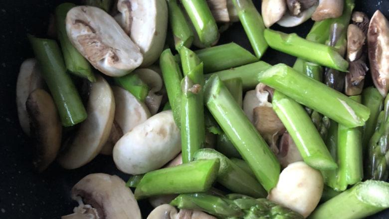 芦笋炒蘑菇,翻炒片刻。