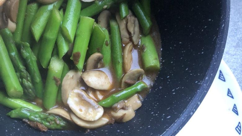 芦笋炒蘑菇,出锅装盘。
