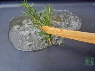 春天第一抹豆苗,与虾更搭,5、待黄油融化,放入迷迭香。
