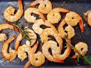 春天第一抹豆苗,与虾更搭,8、继续煎至虾熟透即可盛出来。