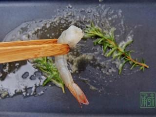 春天第一抹豆苗,与虾更搭,6、加入腌制好的虾。