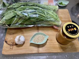 凉拌油麦菜➕麻酱油麦菜,食材合照:油麦菜300g,蒜半头,熟白芝麻一汤匙,芝麻酱
