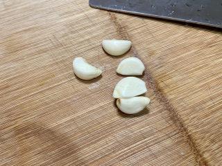 凉拌油麦菜➕麻酱油麦菜,蒜剥皮洗净