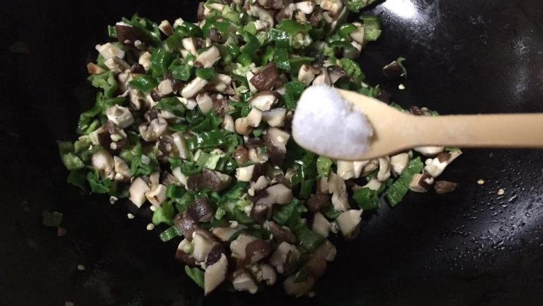 香菇炒鸡蛋,加入食盐