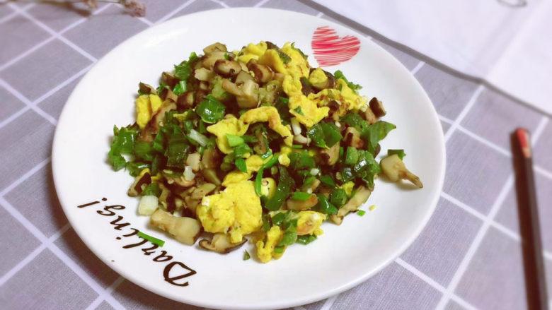 香菇炒鸡蛋,装盘上桌