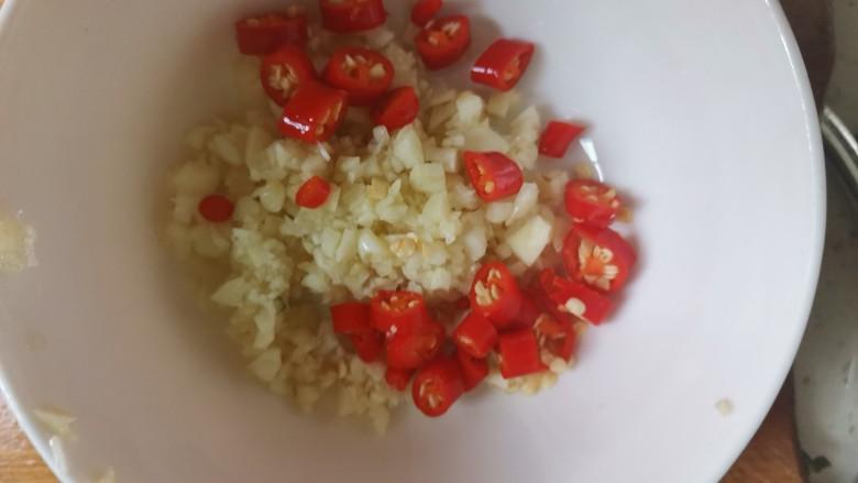 凉拌油麦菜,再来调料汁,碗中加入蒜末,小米辣