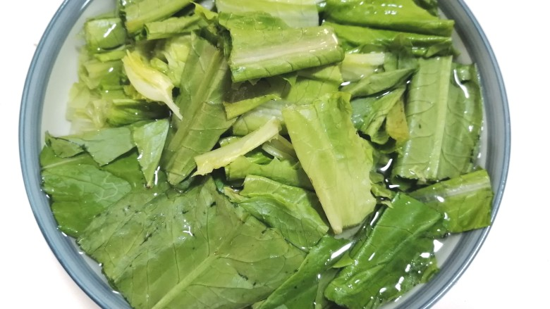 凉拌油麦菜,将油麦菜泡水清洗干净