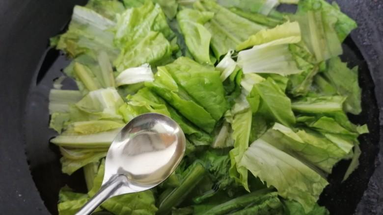凉拌油麦菜,加入一勺油,油麦菜焯水片刻即可捞出