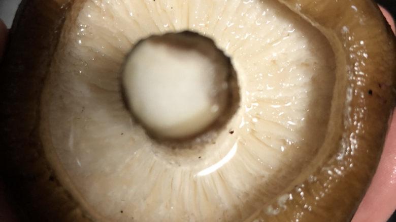 香菇炒鸡蛋,去除杂质。