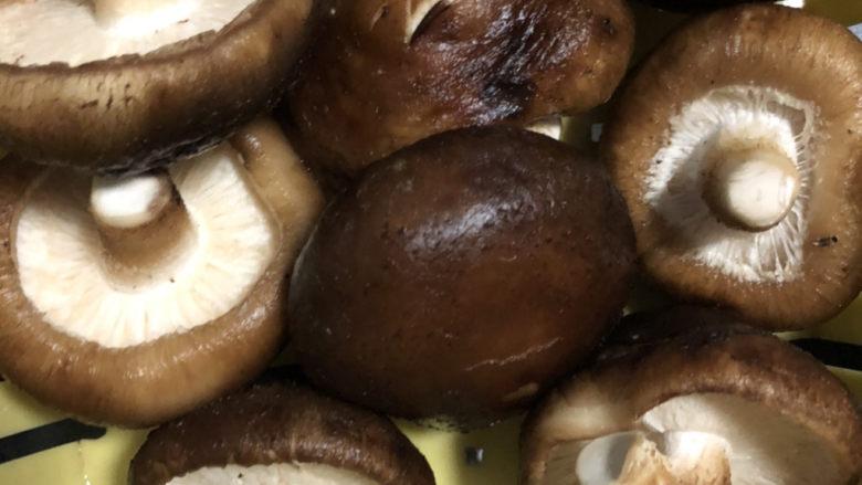 香菇炒鸡蛋,清洗干净后沥干水分。
