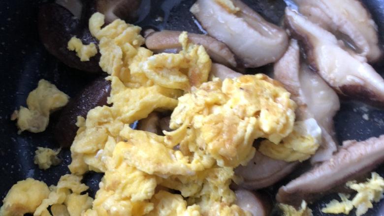 香菇炒鸡蛋,倒入鸡蛋块。