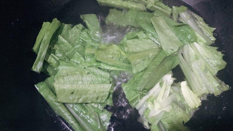 凉拌油麦菜,倒入油麦菜焯水半分钟
