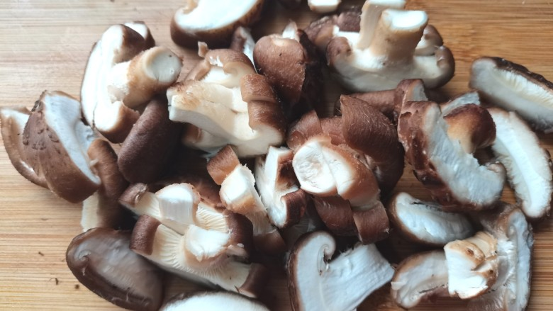 香菇炒鸡蛋,切成片