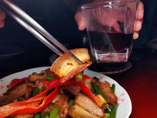 蒜苔回锅肉,忍不住倒了一杯酒来搭配
