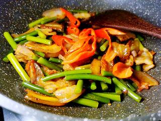 蒜苔回锅肉,加红椒拌匀即可