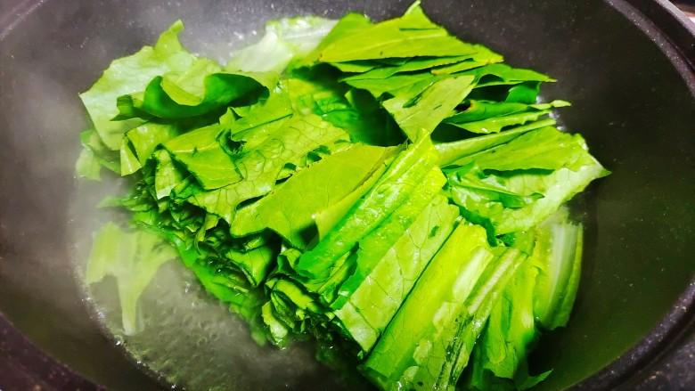 凉拌油麦菜,在放入油麦菜叶子继续焯水,大概不到一分钟